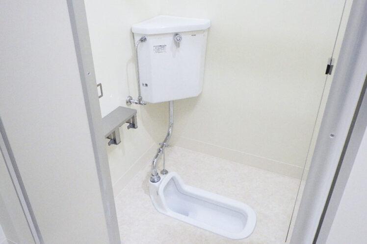 和風大便器、紙巻器(児童トイレ1F)