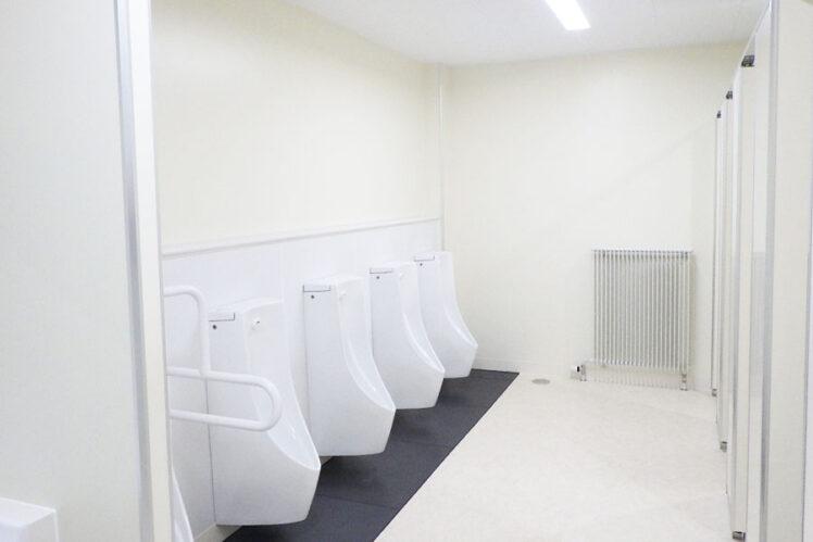 小便器、小便器用手すり、パネルヒーター、制気口(児童トイレ2F)